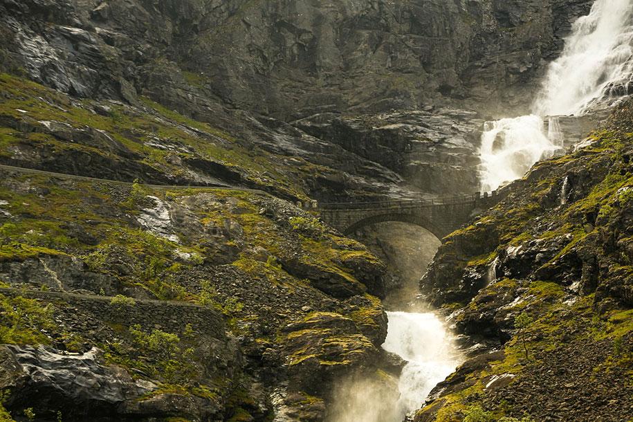 Мост у водопада