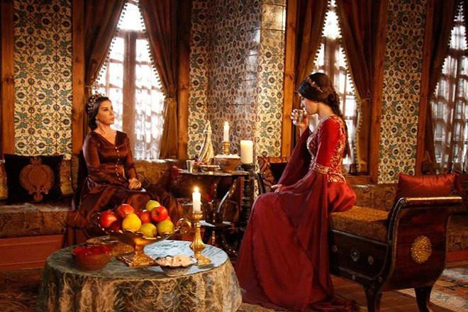 Меню включало много фруктов и овощей, морепродукты, супы, обязательный айран утром натощак и вечером перед сном. Наложницам султана, в отличие от других турецких женщин, позволялось пить кофе.