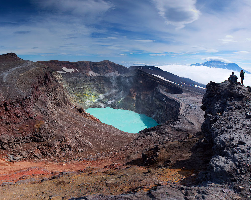 Кислотное озеро в кратере вулкана Малый Семячик на Камчатке
