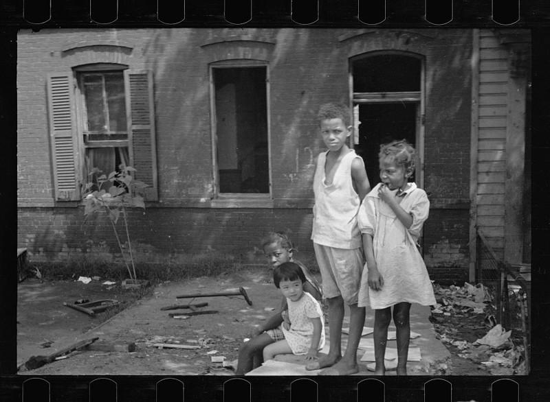 Дети играют в одном и внутренних дворов трущоб. Вашингтон, округ Колумбия. Сентябрь 1935 года.