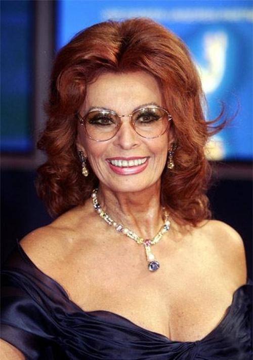 """В возрасте 72 лет итальянская дива снялась для календаря Pirelli, и не потому, что ей нужно что-либо кому-то доказывать, а потому что все-таки уговорили. """"У меня нет никаких особенных секретов по борьбе со старостью. Просто надо жить в ладу с собой и окружающим миром, сохранять спокойствие, безмятежность и уравновешенность, не забывать о радостях жизни и следить за собой – нормально питаться, красиво одеваться, заниматься спортом и спать по 7-8 часов, не меньше."""""""