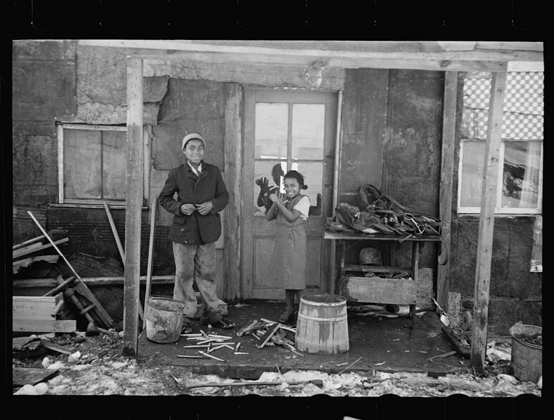 Негритянская семья возле своего дома. Нью-Джерси. Февраль 1936 года.