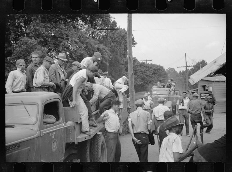 Мужчины идут на работу в Гринбелте, штат Мэриленд. Июль 1936 года.