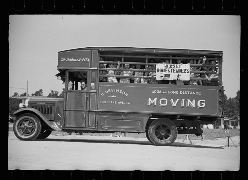 Отправляясь на открытие швейной фабрики, Hightstown, Нью-Джерси. Август 1936 год.
