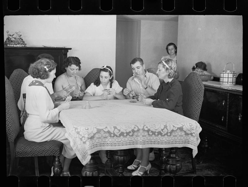 Семейные игры в карты в одном из новых домов Нью-Джерси. Август 1936 года.