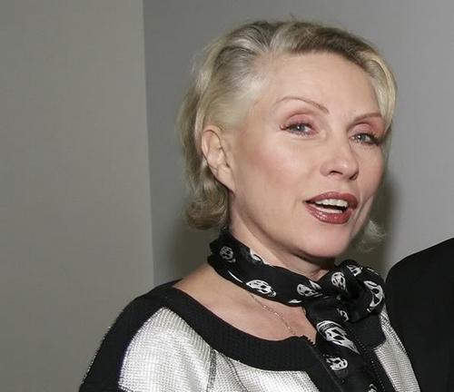 """Одна из известнейших блондинок мира дружила с Энди Уорхолом, снималась у Питера Гринуэя и Дэвида Кроненберга, стала иконой стиля и исполняла музыку, которая не только стала символом эпохи, но и по-прежнему звучит актуально, спустя три десятилетия. В возрасте 57 лет Блонди была очень убедительна в роли сексуальной фантазии Элайджи Вуда в фильме """"Семнадцатилетние"""", и за прошедшее с тех пор время особенно не изменилась. """"Все знают, что я делала пластические операции. В жизни случается масса ужасных вещей, зачем делать все ещё хуже и волноваться о старении?""""."""