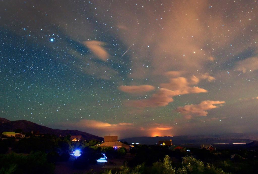 Эдвард Хэйс был первым ученым, который подсчитал количество метеоров в час, установив максимальную норму в 160 метеоров в час.