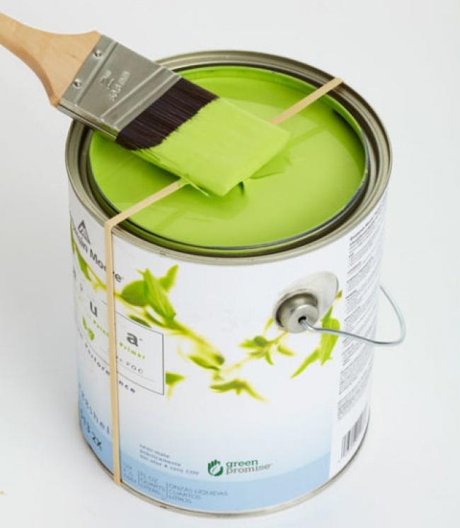 Обычная резинка поможет удалить излишки краски с кисточки без брызг.