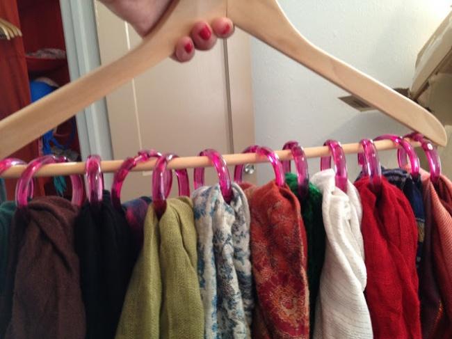 Крючки для душевой занавески идеально подходят для хранения шарфов или поясов.