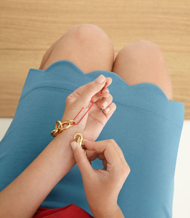 Слегка разогнутая скрепка поможет застегнуть браслет.