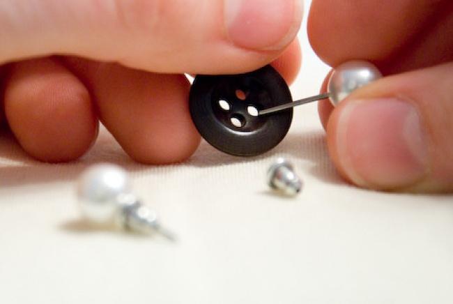 Чтобы не потерять маленькие сережки, при хранении используйте пуговицы.