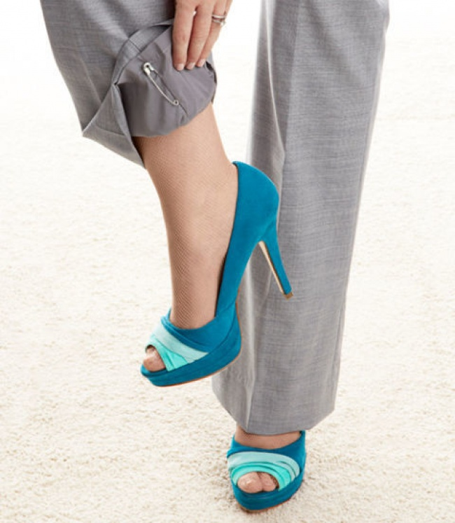 Чтобы брюки не электризовались, нужно приколоть ко внутреннему шву каждой штанины по булавке.