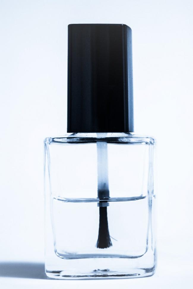 Чтобы винтики на очках не раскручивались, следует покрыть их прозрачным лаком для ногтей.