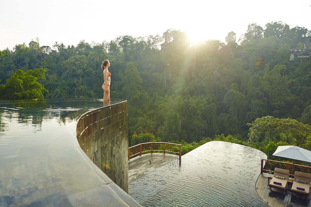 Состоящий из нескольких вилл, выполненных в традиционном балийском стиле, отель Ubud Hanging Gardens расположен на рисовых террасах Убуда. Из окон и балконов открывается панорамный вид на окрестности долины реки Аюнг. При этом добраться до оживленной части курорта не составит никакого труда, поскольку в отеле есть собственный фуникулер.