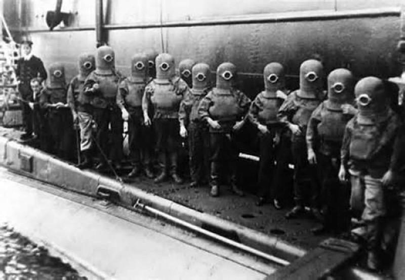 Экипаж подводной лодки в скафандрах, 1908 год.