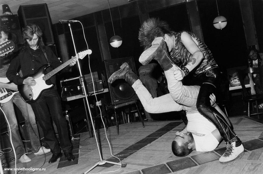 Панк-хардкор в советском кафе. Фото Петры Галл, Москва, 1988.