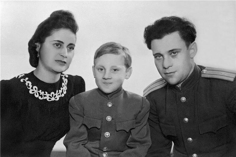 10-летний Володя Высоцкий со своим отцом Семёном Владимировичем и мачехой Евгенией Степановной, 1948 год.