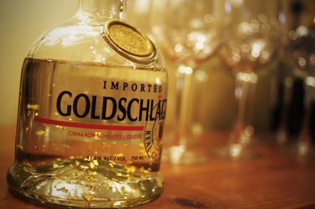 Голденрот – швейцарский шнапс с корицей (содержит 43,5% алкоголя), в состав которого входят очень тонкие, но хорошо видимые хлопья настоящего золота. В каждом литре голденрота содержится ~15 мг золота. Специально для этого напитка выпускаются сита с крошечными отверстиями, которые задерживают особо крупные золотые хлопья. Однако большинство снобов, купивших бутылку за 300 с лишним баксов, распивают напиток без процеживания, в результате чего крошечные кусочки металла зачастую повреждают слизистую желудка, бывали случаи, когда золото оставалось в желудке на несколько месяцев, причиняя гурману дискомфорт, жжение и тошноту. По выходу драгоценный металл так же может застрять, повредить и вызвать загноение в прямой кишке.