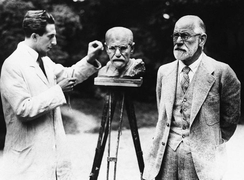 Зигмунд Фрейд позирует во время изготовления собственного бюста скульптором Оскаром Немовым. Вена. Первая Австрийская Республика, 1931 год.