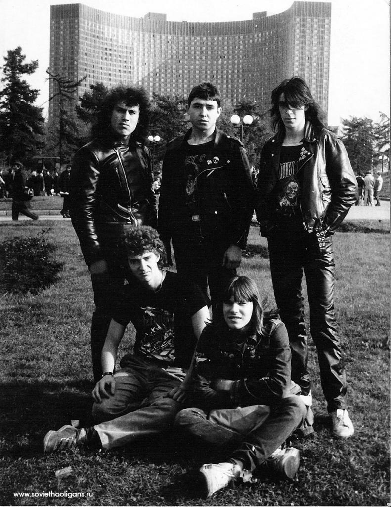 Тусовка возле Парапета. Фото из архива Миши Бастера, Москва, 1987.