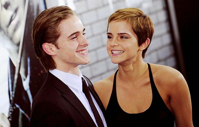 Младший брат Эммы Уотсон Алекс — буквально мужская «версия» актрисы. Паренек появлялся в одной из серий «Гарри Поттера» в эпизодической роли. Но с актерской карьерой у него не особо сложилось. Зато в модельном бизнесе он делает успехи.