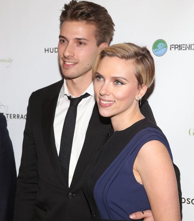 У голливудской актрисы Скарлетт Йоханссон есть брат-близнец Хантер. Актриса родилась с братом с разницей всего в несколько минут. Хантер и Скарлетт вместе начинали кинокарьеру еще в детстве, однако позже Хантер забросил кино и начал работать в политике. Сейчас он занят в команде президента США Барака Обамы.