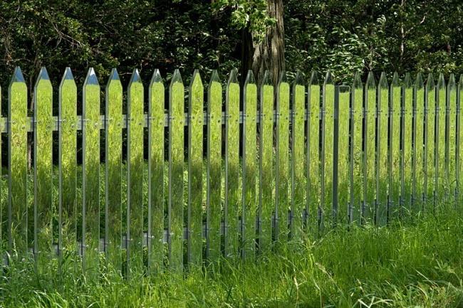 Зеркальный забор, меняющийся с временами года