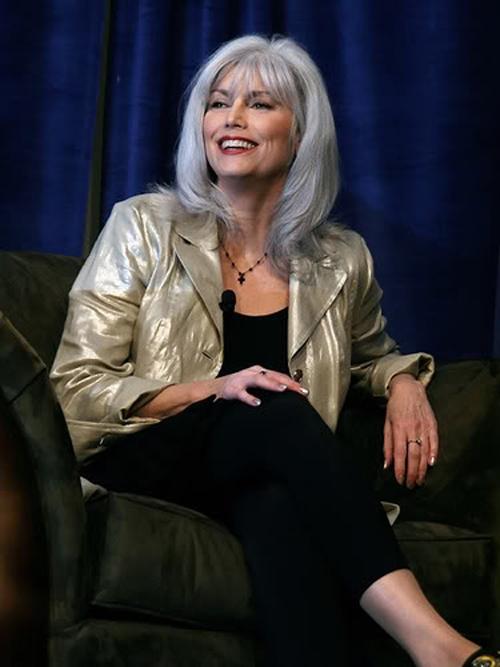 """Кантри-дива, завоевавшая страшное количество премий Grammy и написавшая музыку к """"Горбатой горе"""". По невыясненным причинам становится все красивее с каждым годом, в том числе благодаря изумительной платиновой седине."""