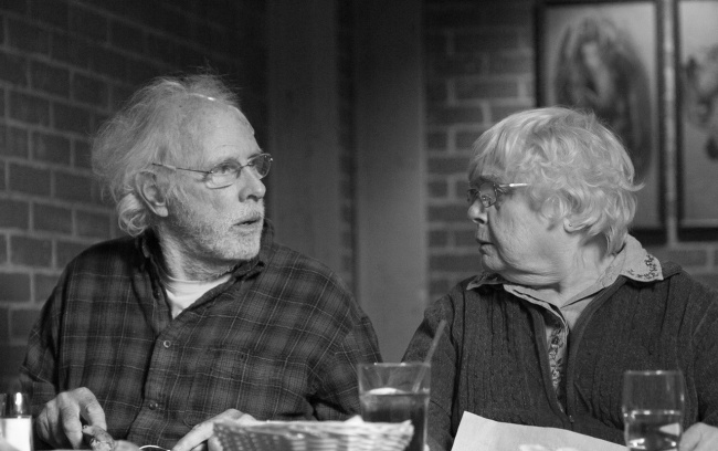 Шикарный черно-белый фильм о старике, который получил письмо счастья и поверил. Он отправился в Небраску, чтобы получить обещанный миллион долларов. «Небраска» — это фильм-стихотворение. В нем идеально все — даже тот факт, что так до конца и не понимаешь, комедия это или драма.