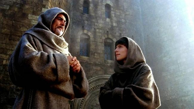 Единственная экранизация гениального романа Умберто Эко о расследовании убийств в монастыре. Фильм снят Жан-Жаком Анно, который мастерски передал дух позднего Средневековья, раздираемого инквизицией и охотой на ведьм.