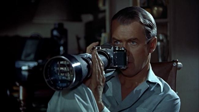 Фоторепортер сломал ногу и вынужден сидеть в своей маленькой квартире с загипсованной ногой. От нечего делать он сутками наблюдает в окно за соседями. В какой-то момент он понимает, что, возможно, стал свидетелем убийства. Интересно, что в фильме Хичкока мы, зрители, видим не больше главного героя — только то, что можно разглядеть в окно.