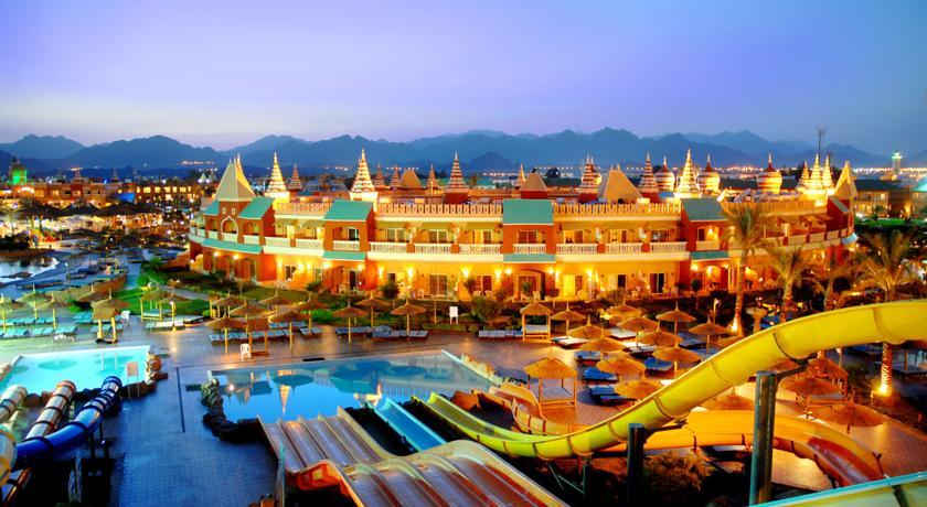 Этот отель — часть самого знаменитого аквапарка в Шарм-эль-Шейхе. В комплексе есть аж три бассейна, 32 водные горки и собственная набережная с кафе и магазинами. Там даже можно покататься на гондоле с настоящим гондольером!