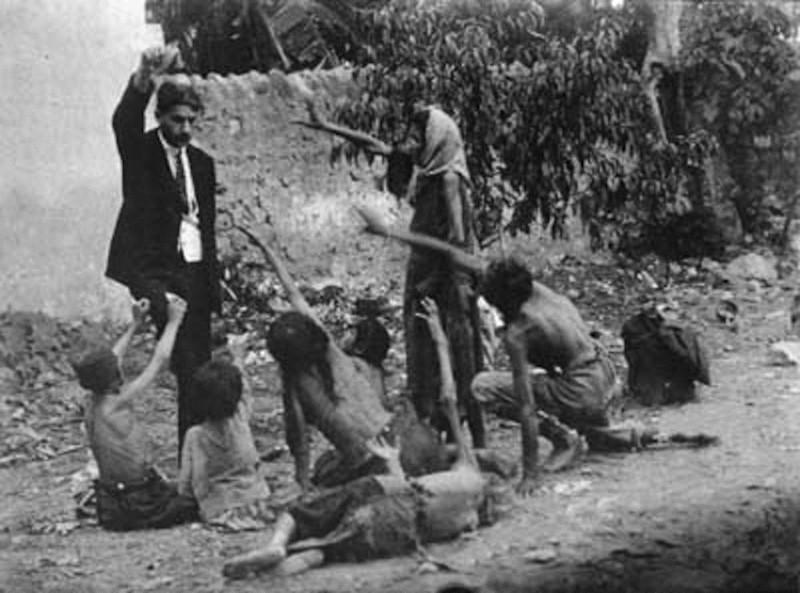 Османская империя, 1915 год. Геноцид армян. Турецкий чиновник дразнит голодных армянских детей куском хлеба.