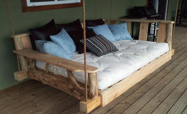 Подвесная деревянная кровать