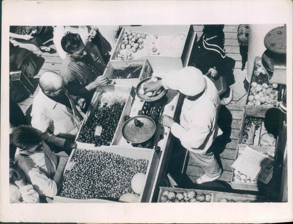 Крестьяне торгуют на рынке. 1936 год.