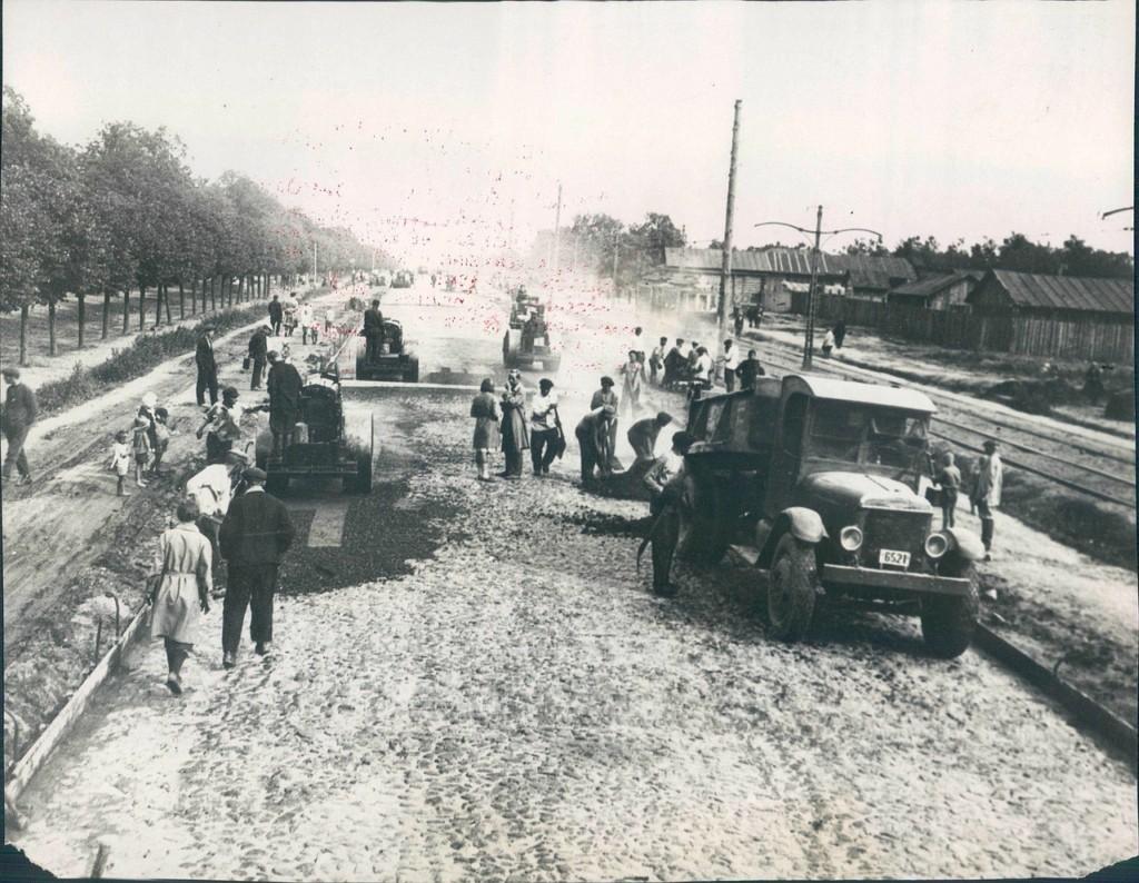 Покрытие асфальтом Ленинградского шоссе в Москве. 1931 год.