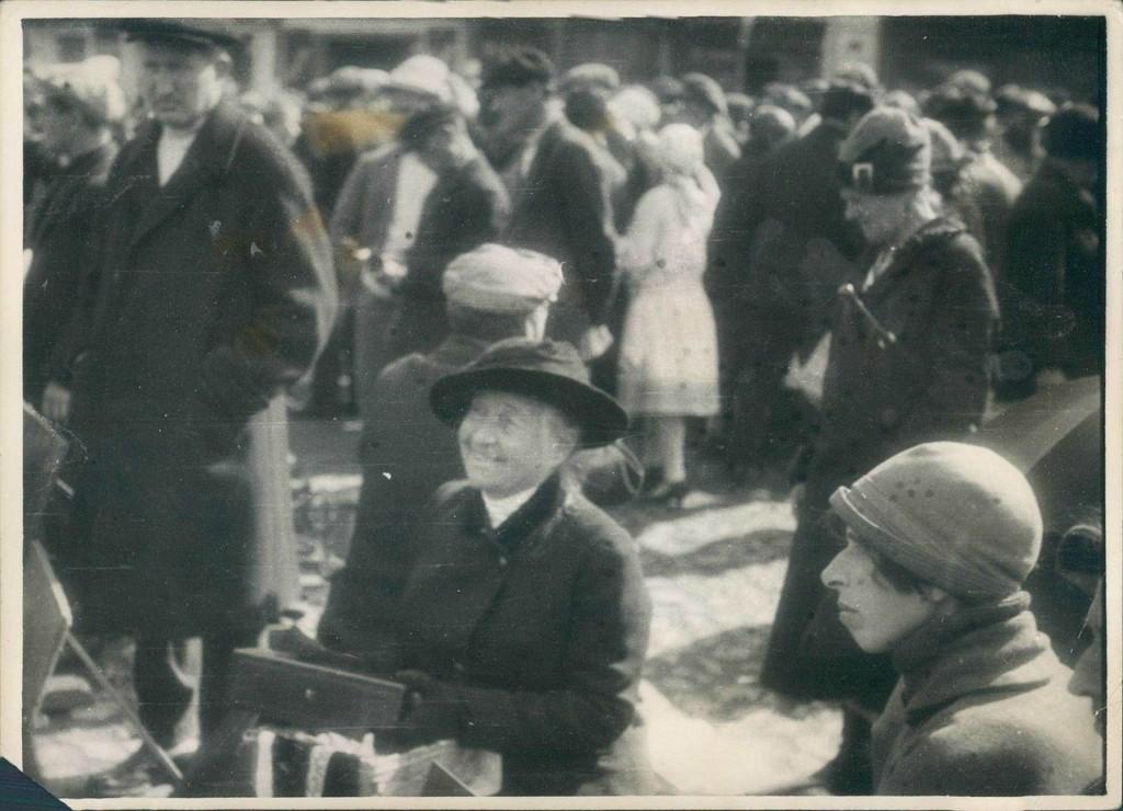 Женщина на московском рынке продает свои фамильные драгоценности. 1920-е.