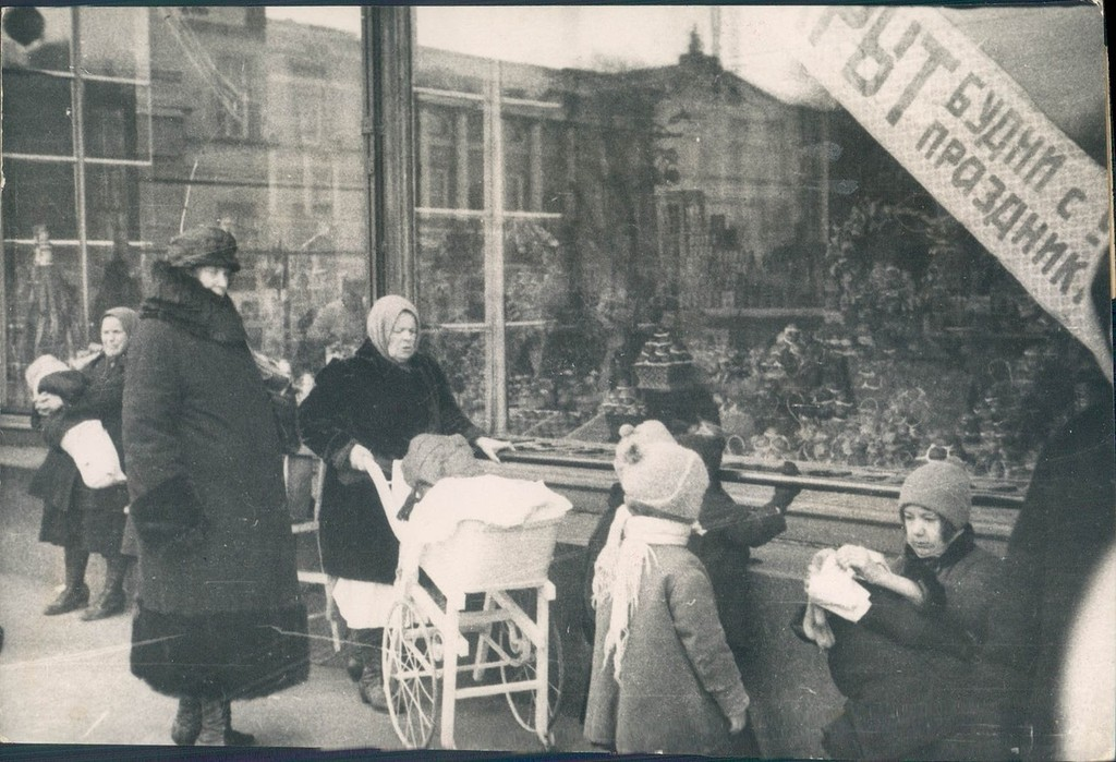 Редко кто мог позволить себе нанять няню для детей. Только инженеры и оперные певцы. 17 декабря 1929 года.