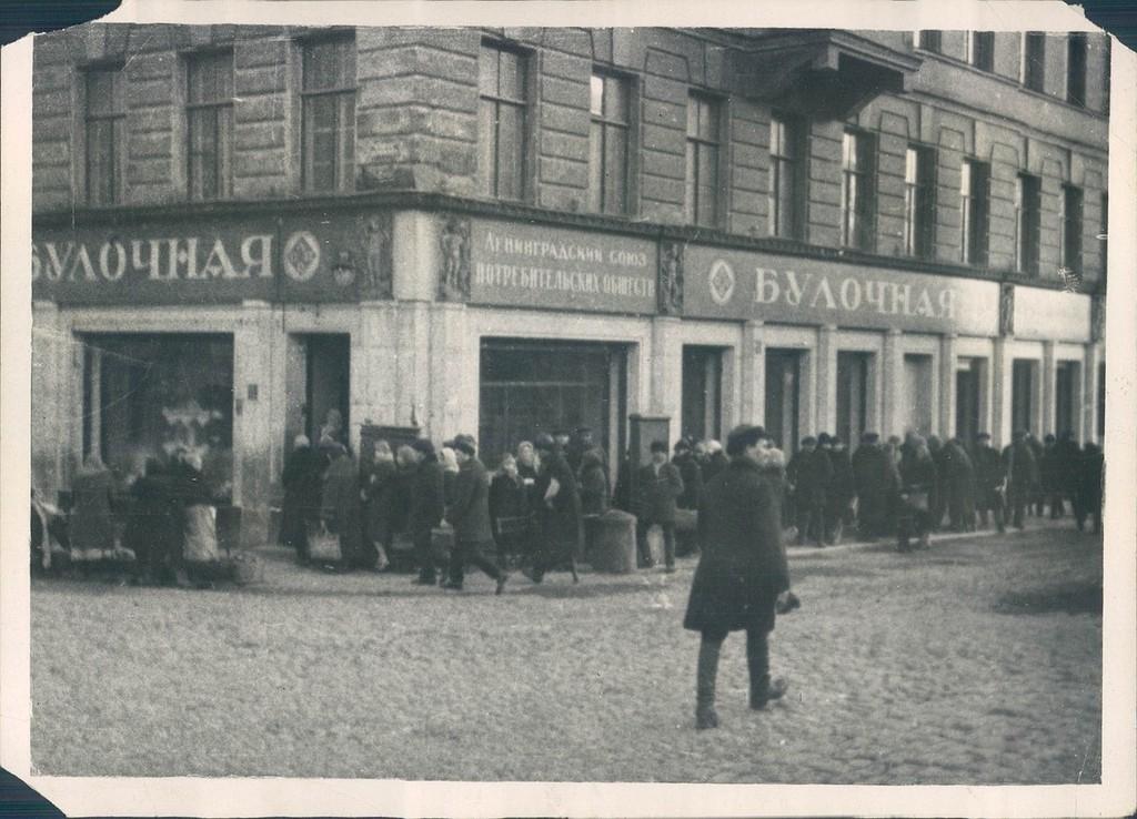 Очередь за хлебом на улицах Ленинграда. 1930 год.