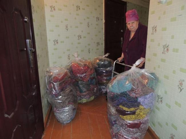Колымская бабушка связала 300 пар теплых носков для пострадавших от наводнения