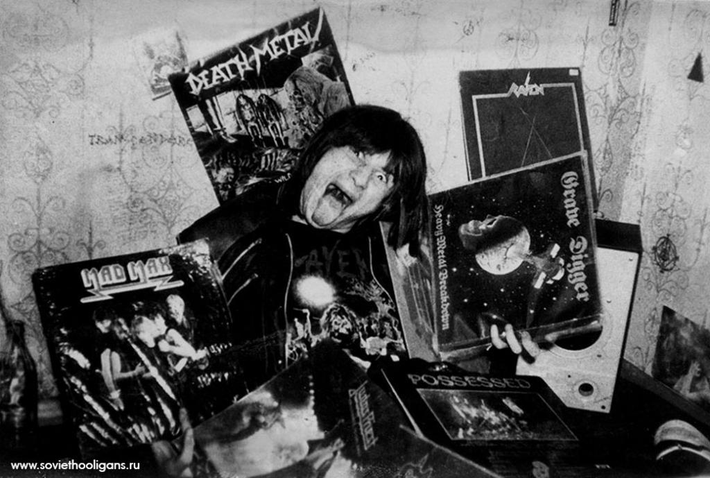 Тусовка возле кафе «Турист». Фото Ярослава Маева, Москва, 1988.