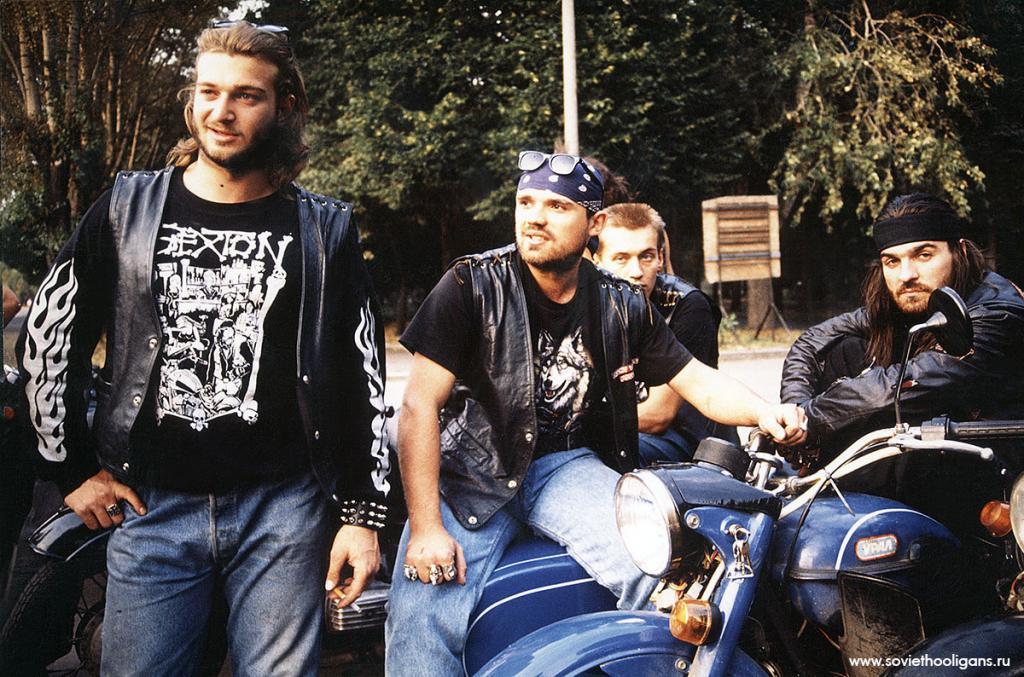 Байкеры. Павел Фролов, Антон, Дима, Рома Че Гевара. Фото Петры Галл, Москва, 1992.