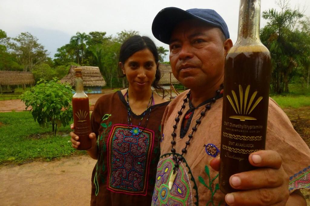 Айяуаска (в переводе с языка кечуа — «лиана мертвых» или «лиана духов») — напиток, оказывающий галлюциногенное действие. Изготовляется коренными жителями Амазонки. Основным компонентом является лиана из рода бахчевых под названием лоза духов. Индейцы Амазонии верят, что этот напиток способен на короткий срок связать незримой нитью два мира: живых и мертвых. В этом нет ничего удивительного: мощнейший психоактивный эффект айяуаски, подкрепленный уверенностью в существовании духов, направляет галлюцинации в нужное русло, и вы вполне можете увидеть умерших родственников. Еще один интересный эффект, который айяуаска оказывает на организм – это его моментальное очищение от всех обитающих в нем паразитов.