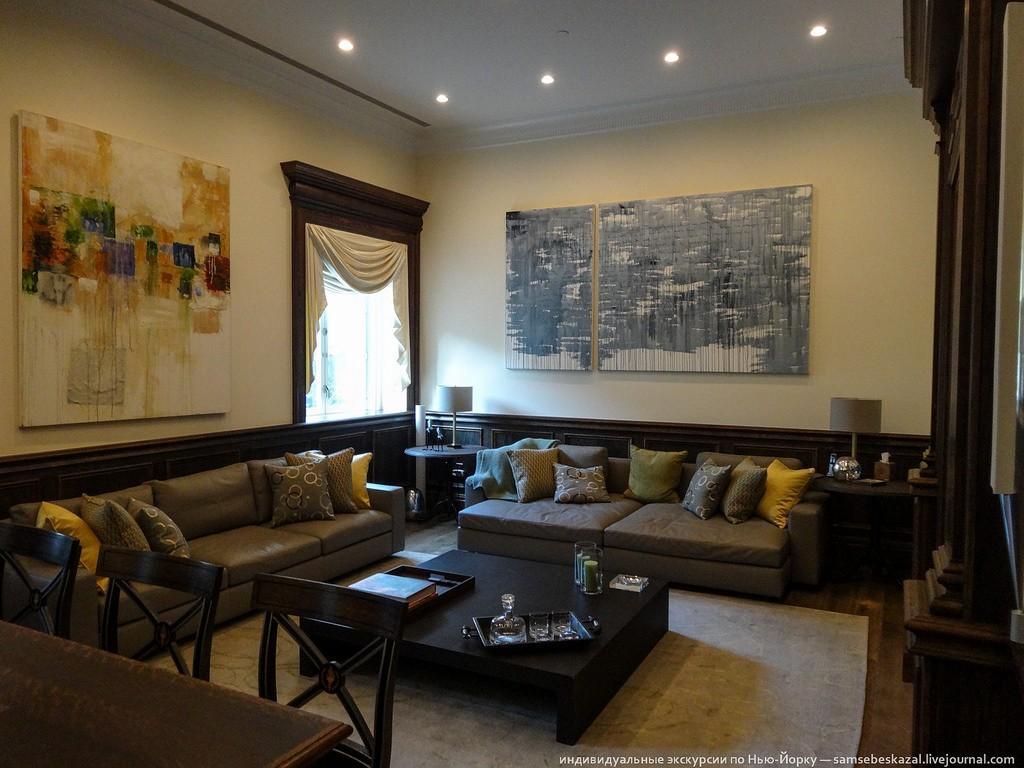 Это гостиная. Квартира продается полностью меблированной. Хотя у меня тут сразу вопрос: зачем вам чужая мебель, если у вас есть куча денег? Мне вот ни планировка, ни интерьер совсем не понравились. И это даже при том, что 25 миллионов у меня нет.