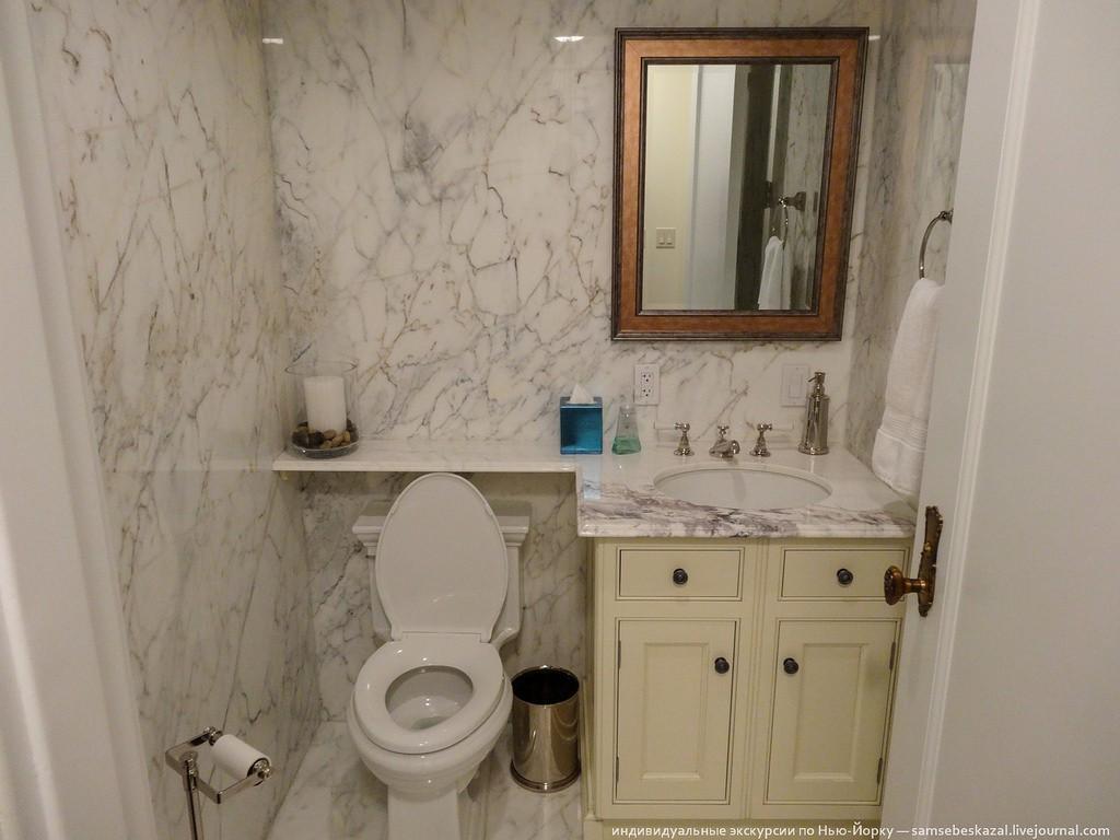 Санузел для гостей. Всего санузлов четыре с половиной. Тот, что на фото, как раз половинчатый — без ванны.