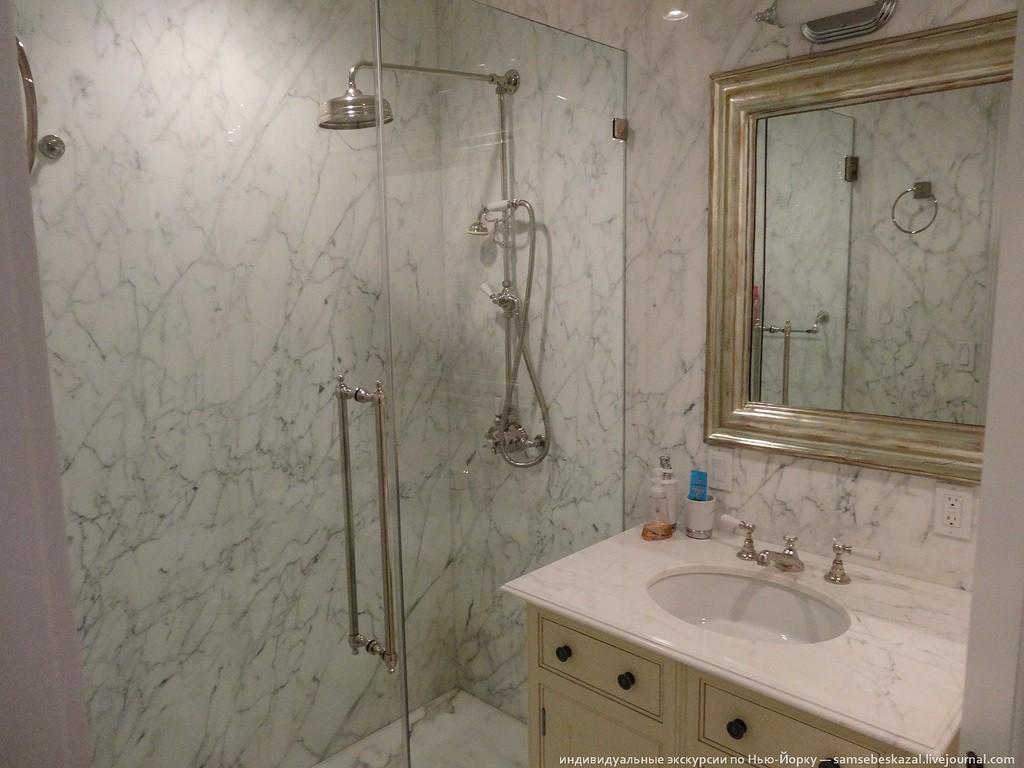 Санузел в этой спальне. Вторая комната почти такая же, только чуть больше по размеру, а в санузле ванная вместо душа.