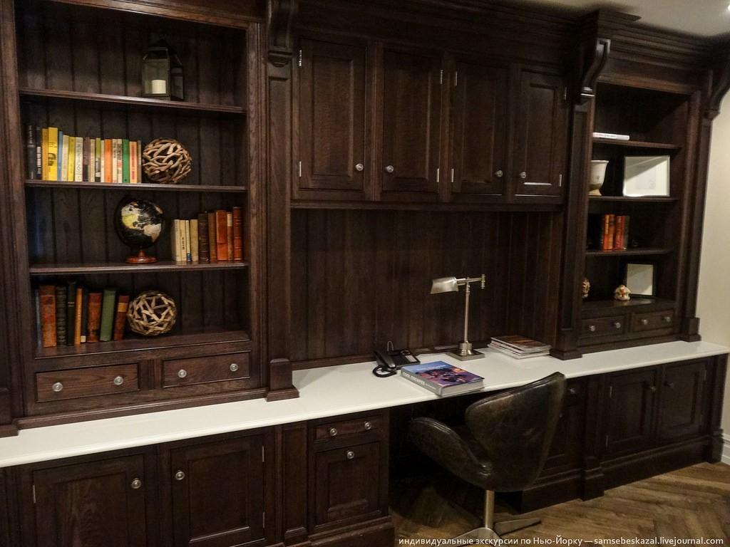 В коридоре обустроен кабинет. Не понимаю, зачем сделано три спальни, но кабинет при этом в коридоре? Кем надо быть, чтобы так жить? Сдавать комнаты туристам?