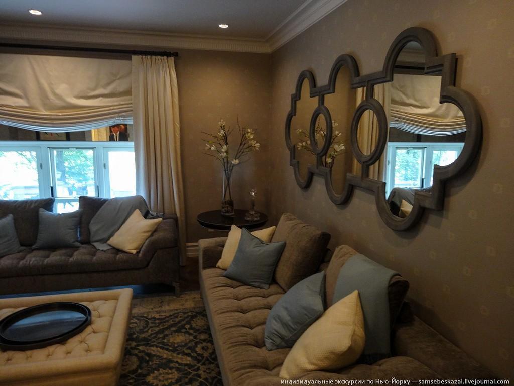 Зачем в ней столько диванов, я так и не понял. Для вечерних задушевных бесед с женой?