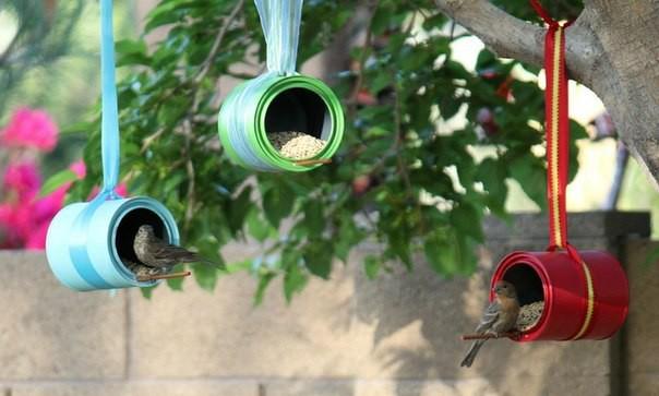 Кормушка для птиц из банок от кофе