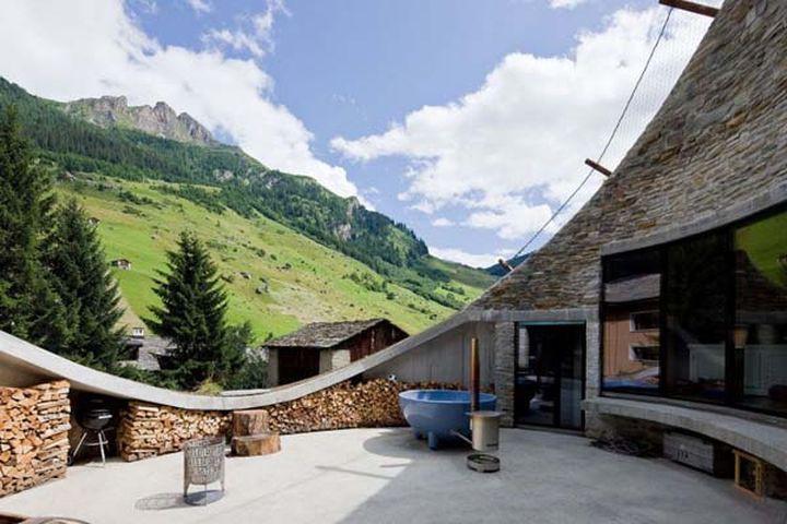 Большая часть дома скрыта под землей, но с верха дома можно любоваться чудесными пейзажами.